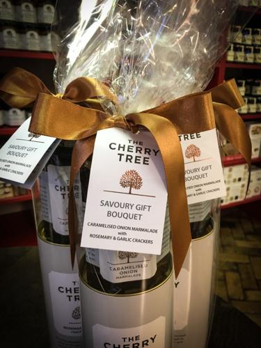 Savoury Gift OnionMarmalade& Rosemary CrackersCrackers-3